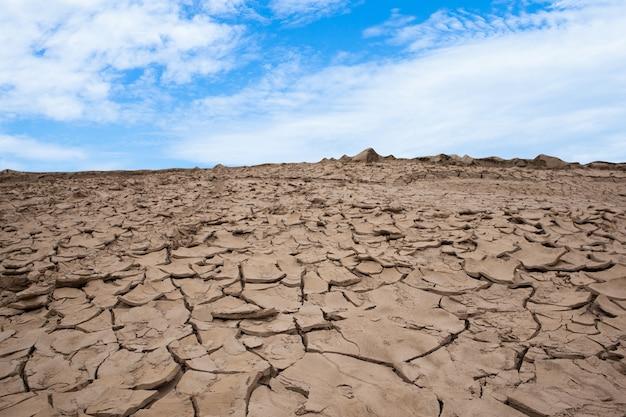 Solo seco e rachado com o céu. conceito de seca.