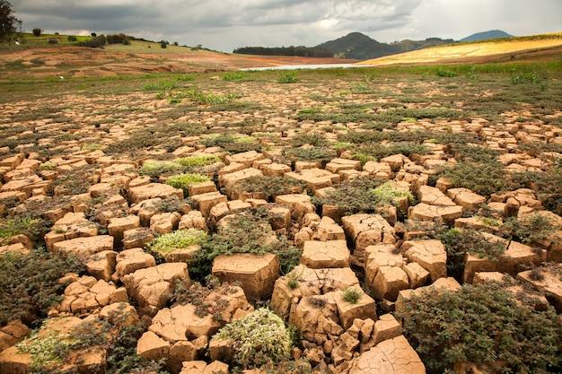 Solo seco em barragem brasileira