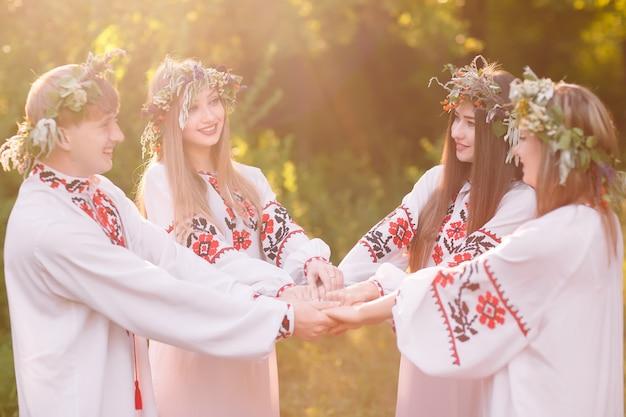 Solstício de verão, um grupo de jovens de aparência eslava na celebração do solstício de verão.