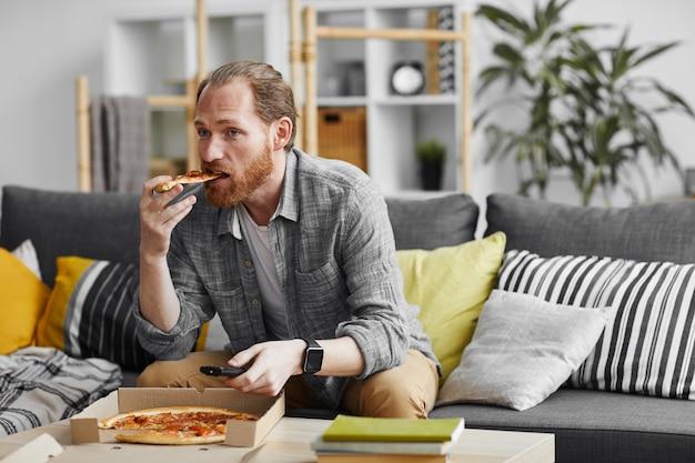 Solteiro, assistindo tv, em casa