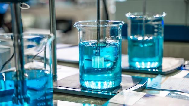 Solução azul no copo de vidro