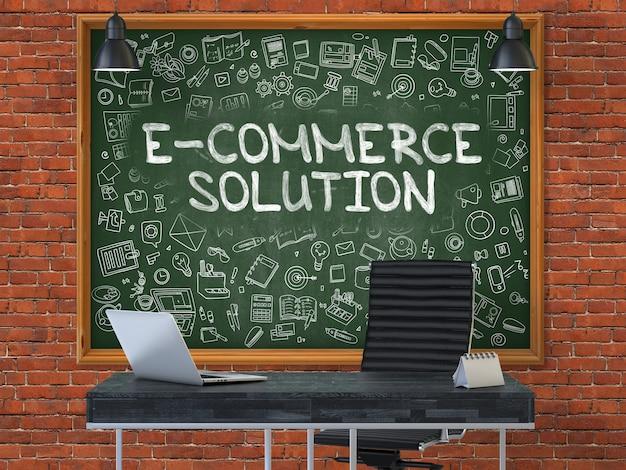 Solução de comércio eletrônico - inscrição manuscrita por giz na lousa verde com ícones do doodle ao redor. conceito de negócio no interior de um escritório moderno no fundo da parede de tijolo vermelho. 3d.