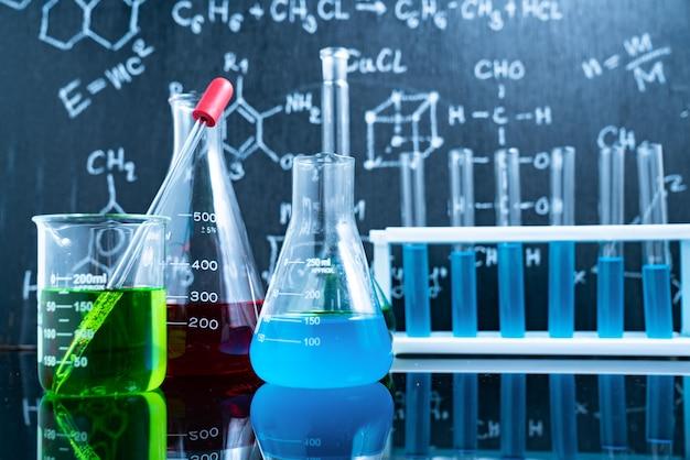 Solução laranja preto de água no fundo do laboratório de ciências