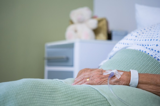 Solução salina na mão de pacientes idosos