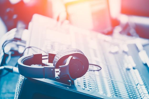 Som, misturador, com, headphone, musical, misturando, engenheiro, conceito fundo, azul, vindima, cor, tom
