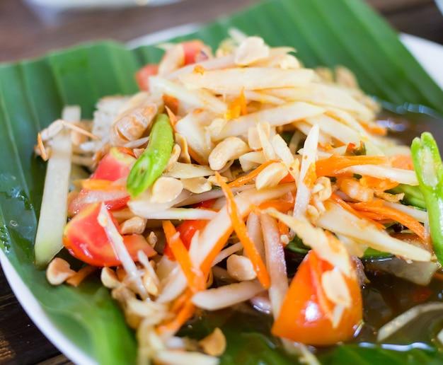 Som tam thai - salada verde tailandesa da papaia com amendoins.