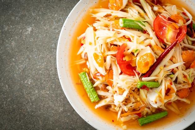 Som tum - salada tailandesa de papaia verde picante com ovos salgados - comida asiática