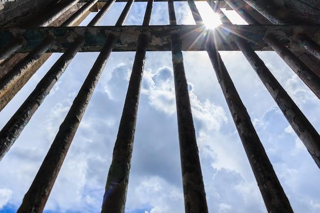 Sombra brilhando através das grades da antiga prisão