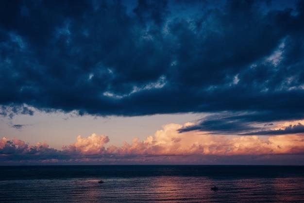 Sombra de árvore com pôr do sol. mundo da beleza sicília itália europa