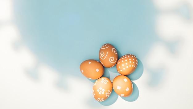 Sombra de coronavírus caindo sobre ovos de páscoa. pandemia ofuscando o grande conceito de férias