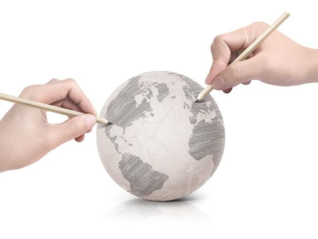 Sombra de duas mãos desenhando o mapa da américa na bola de papel