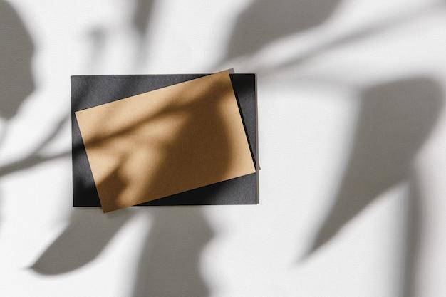 Sombra de folhagem no fundo de papel com cartão de visita
