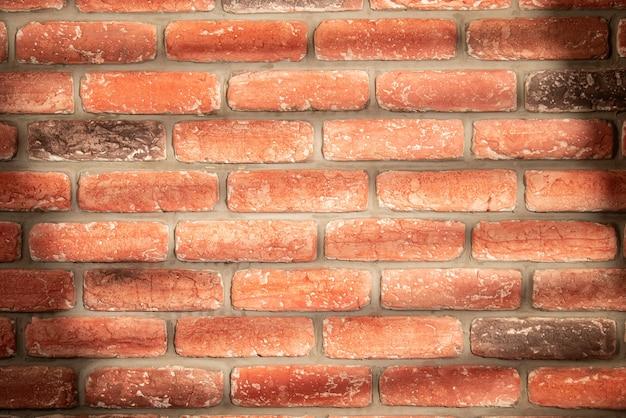 Sombra de janela em parede de tijolo vermelho