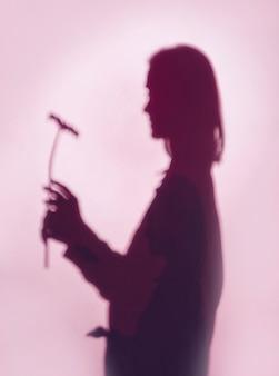 Sombra de mulher com flor
