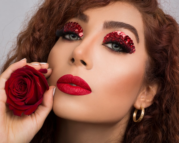 Sombra de olho glitter vermelho no modelo profissional