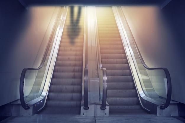 Sombra do homem no topo da escada móvel borrada da linha do exalador. conceito para atingir os objetivos. escadas de oportunidade, caminho para o fracasso ou sucesso.