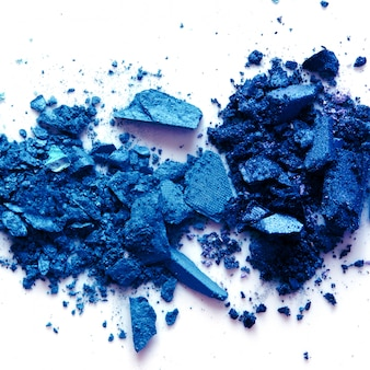 Sombra em pó cosmético espalhada. cor do ano 2020 classic blue. copie o espaço.
