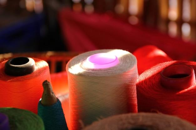 Sombra iluminada em carretéis de fio na cesta de bambu