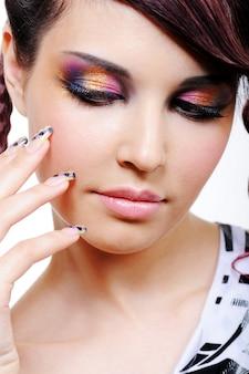 Sombra multicolorida para uma jovem bonita