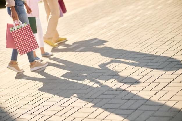Sombra na calçada de homem para mulher e criança