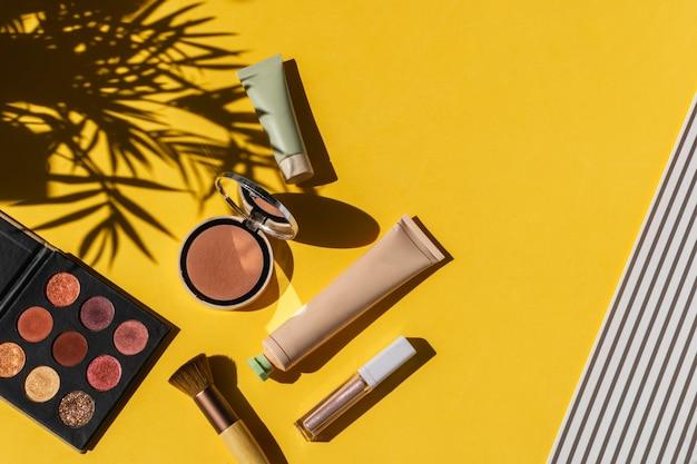 Sombras, blush em pó, maquiagem pincel amarelo brilhante