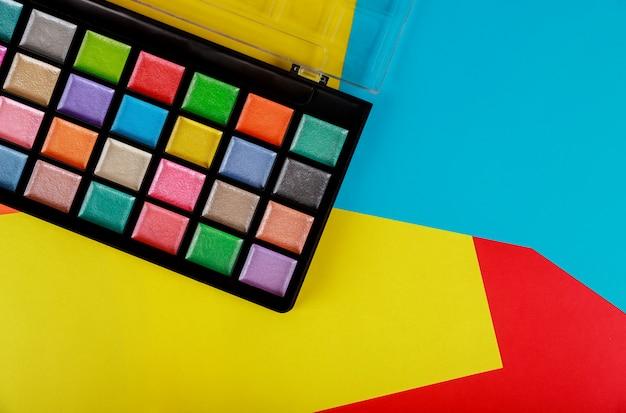 Sombras de maquiagem em caixa.