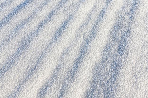 Sombras em um fundo de neve devido a pequenos desníveis da superfície fotografada