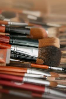 Sombras multicoloridas com escova de cosméticos