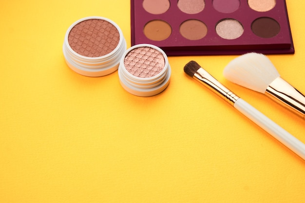 Sombras profissionais e pincéis de maquiagem
