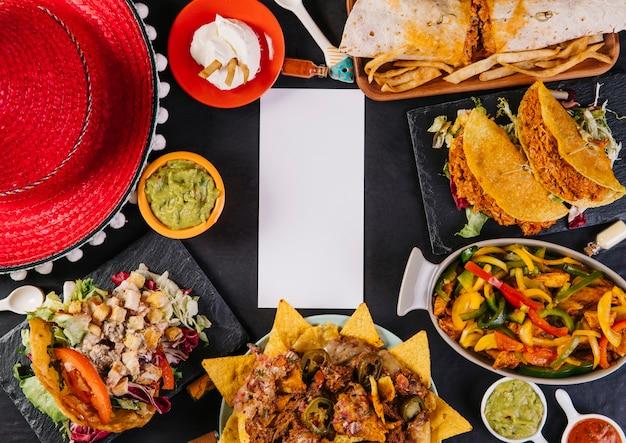 Sombrero e comida mexicana ao redor do cartão de papel