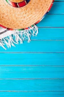 Sombrero mexicano com manta tradicional de poncho