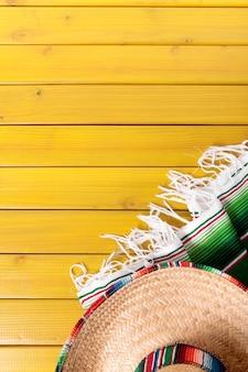 Sombrero mexicano e cobertor tradicional de poncho