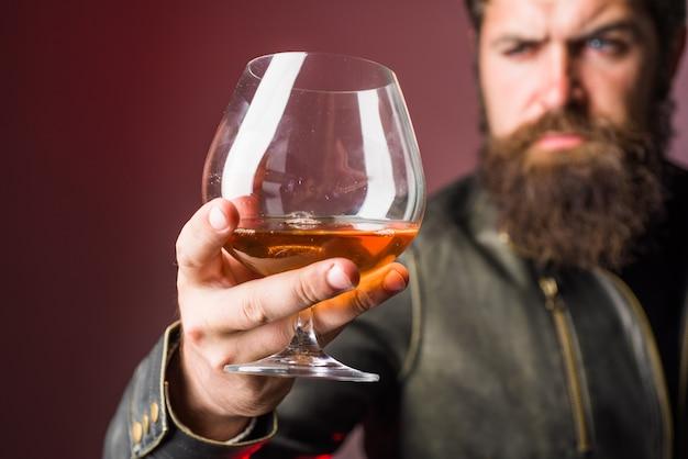 Sommelier degusta whisky álcool forte homem brutal bebe degustação de whisky e homem degustação em
