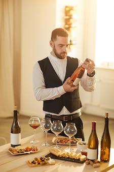 Sommelier escolhendo vinho rosé