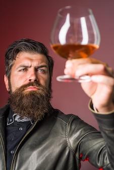 Sommelier prova uísque forte álcool homem brutal bebe degustação de uísque e homem degustação