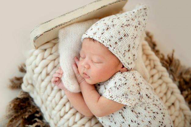 Sonhador bebê recém-nascido dormindo na cama