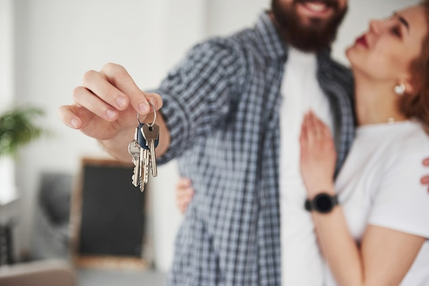 Sonho realizado. casal feliz juntos em sua nova casa. concepção de movimento
