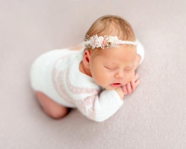 Sonho recém-nascido bonito