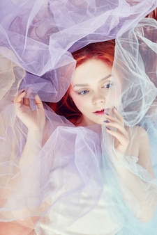 Sonhos de menina ruiva, maquiagem brilhante, pele limpa