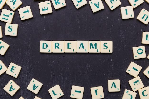 Sonhos de palavra em letras scrabble de cima