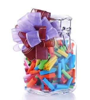 Sonhos escritos em papel laminado colorido em frasco de vidro isolado