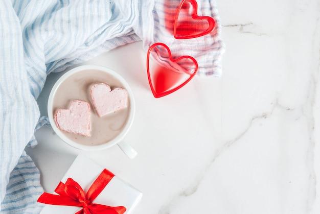 Sony dschot chocolate com marshmallows em forma de coração,