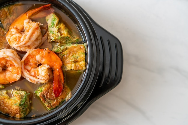 Sopa ácida de pasta de tamarindo com camarão e omelete de vegetais