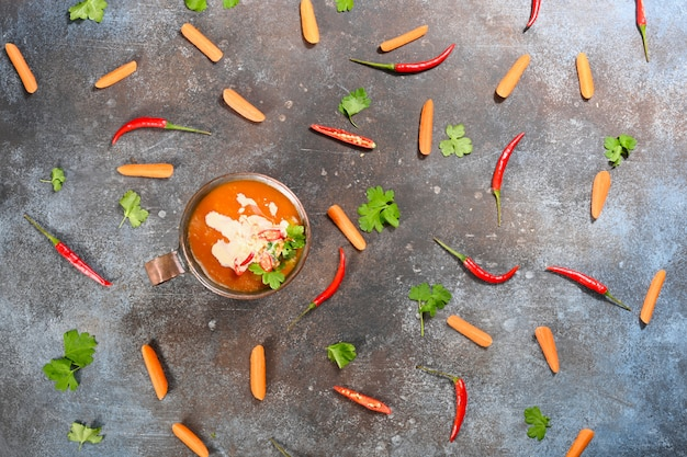Sopa alaranjada do vegetariano da abóbora no copo de cobre.