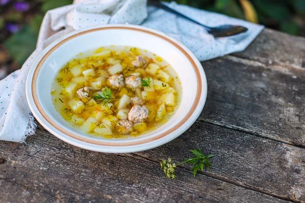 Sopa almôndegas e legumes primeiro prato comida