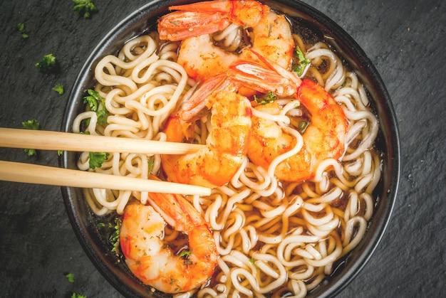 Sopa asiática com macarrão e camarão camarão