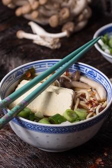 Sopa asiática ramen com queijo feta