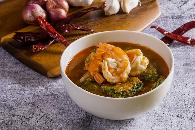 Sopa azeda com camarão cha om é uma comida tailandesa picante