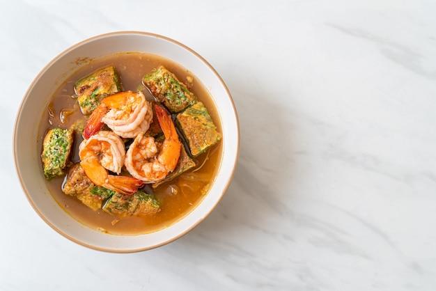 Sopa azeda feita de pasta de tamarindo com camarão e omelete de legumes, comida asiática