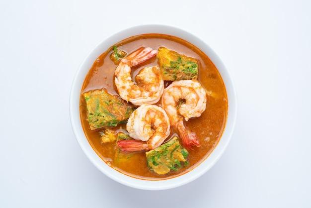 Sopa azeda feita de pasta de tamarindo com camarão e omelete de vegetais - estilo de comida asiática ou comida tailandesa isolada